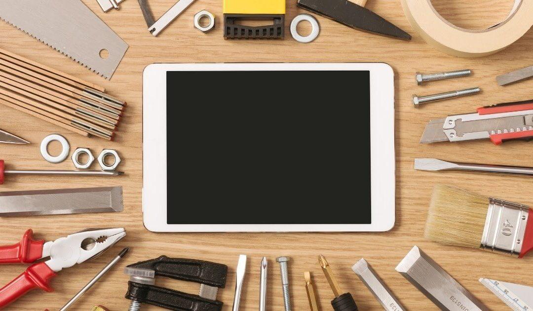 Tablett és különböző szerszámok, eszközök